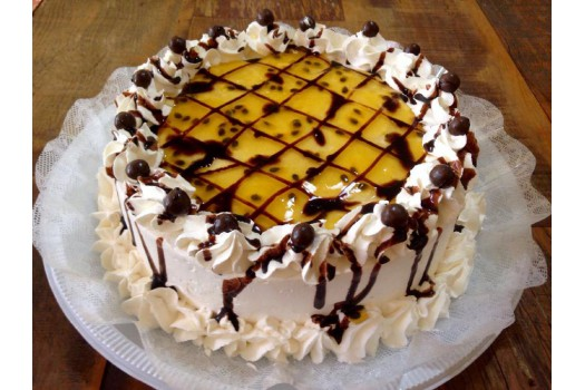 Torta de maracujá com chantilly e chocolate